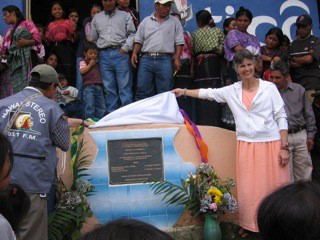 Dianne Henke unveils a plaque at one of the 60 wells completed by Global Partners: Running Waters in Latin America.